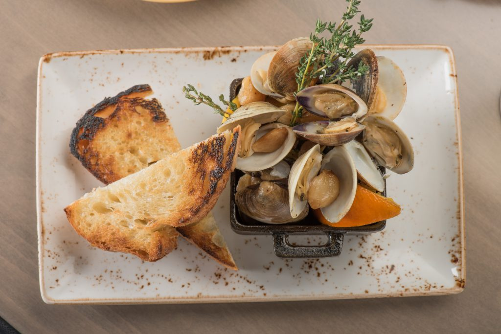 chroma-skillet-roasted-clams